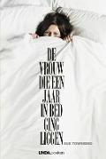Bekijk details van De vrouw die een jaar in bed ging liggen